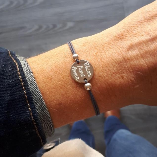 Bracelet cordon personnalisé - mini jeton gravé et perles en argent